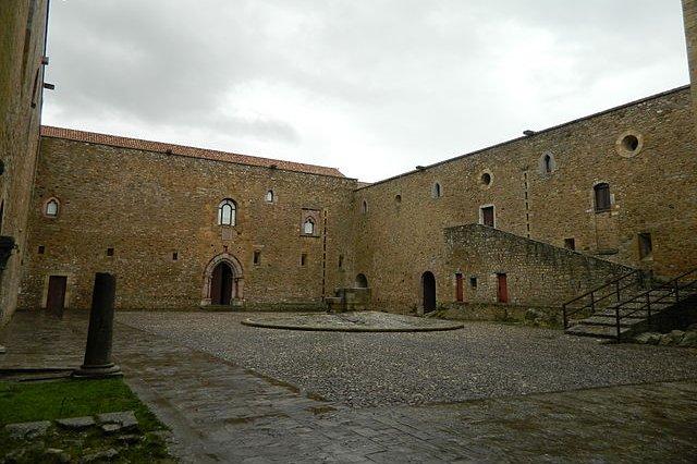 Castello di Lagopesole: Il Cortile Grande